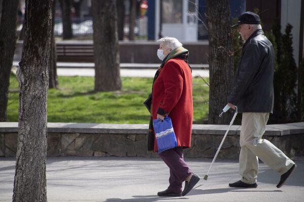 Несмотря на особое предупреждение пожилых, они все равно куда-то идут. Кто в маске, а кто и без нее.