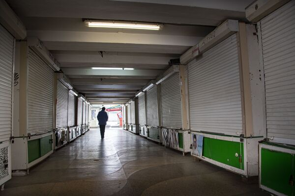 Подземные переходы совершенно пусты, ларьки в них все закрыты.