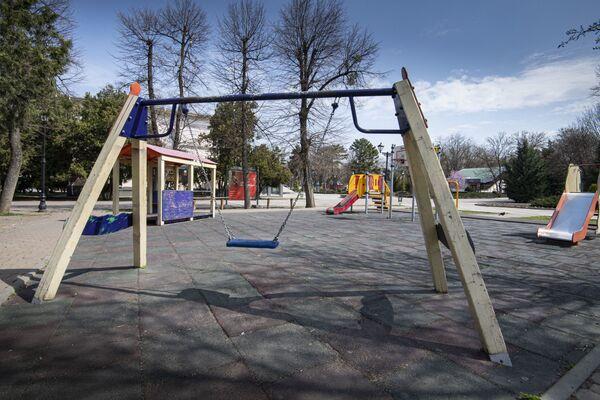 На детских площадках пусто.