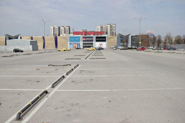 Непривычная взгляду симферопольца картина: почти пустая парковка около одного из крупных торговых центров.