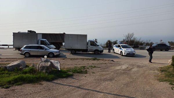 Сотрудники ГИБДД останавливают водителей при въезде в Севастополь
