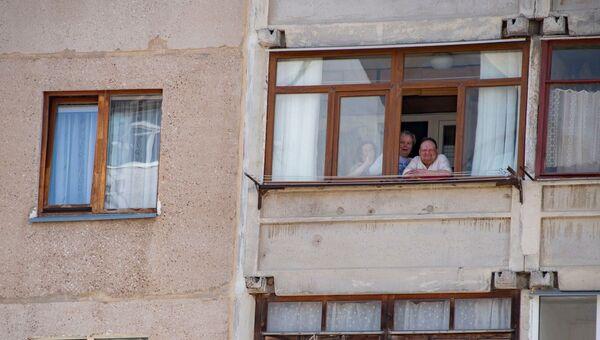 Карантин люди на балконе за стеклом
