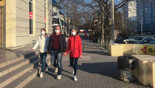 Севастополь. Карантин. Пустая улица. Люди в масках