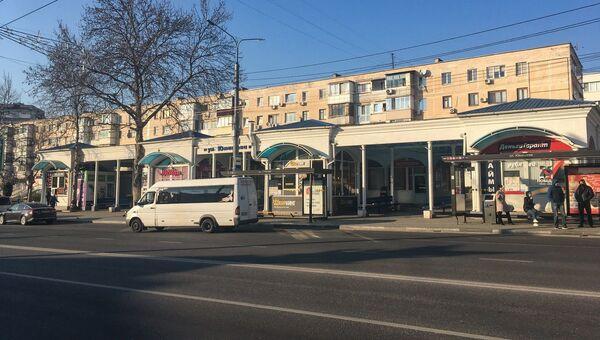 Севастополь. Карантин. Пустая улица. Остановка. Люди