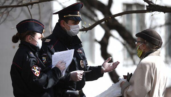 Сотрудники полиции проверяют документы пенсионерки