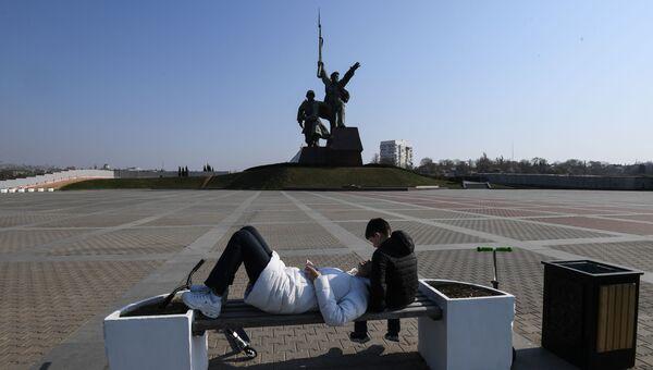 Молодые люди возле памятника Солдату и Матросу в Севастополе.