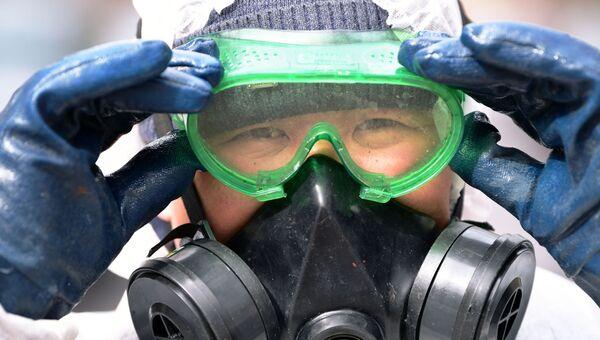 Сотрудник коммунальной службы проводит дезинфекцию внутридворовой территории в Мещанском районе Москвы
