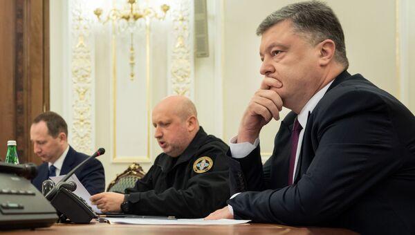 Экс-президент Украины Петр Порошенко и бывший секретарь Совета национальной безопасности и обороны Александр Турчинов. Архивное фото