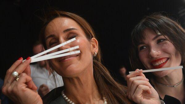 Женщины тестируют парфюмерию
