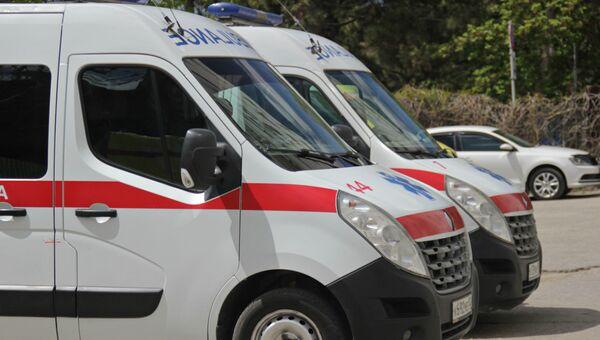 Автомобили скорой помощи во дворе подстанции