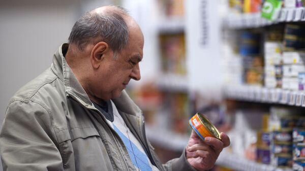 Мужчина рассматривает товар в магазине