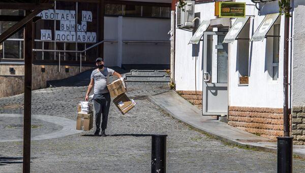Гурзуф мужчина несёт коробки