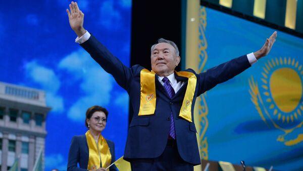 Экс-президент Казахстана Нурсултан Назарбаев, на дальнем плане - его дочь Дарига Назарбаева