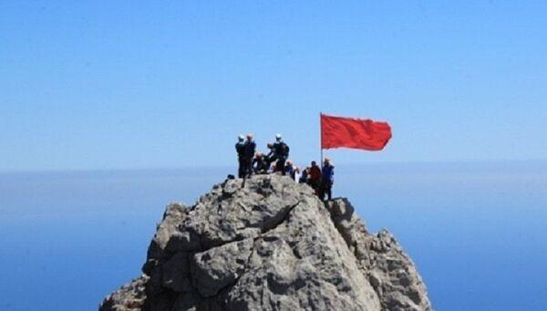 Красное Знамя Победы на зубцах Ай-Петри