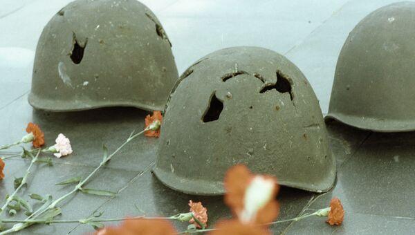 Пробитые осколками каски советских солдат на памятнике Мамаев курган