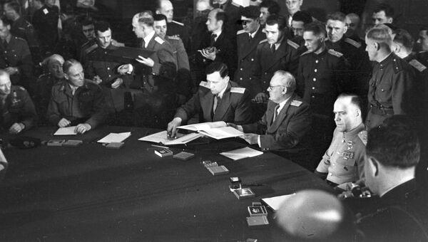Маршал Советского Союза Георгий Константинович Жуков во время подписания Акта о безоговорочной капитуляции фашистской Германии.