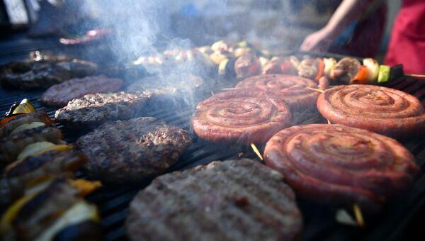Шашлыки и колбаски на гриле
