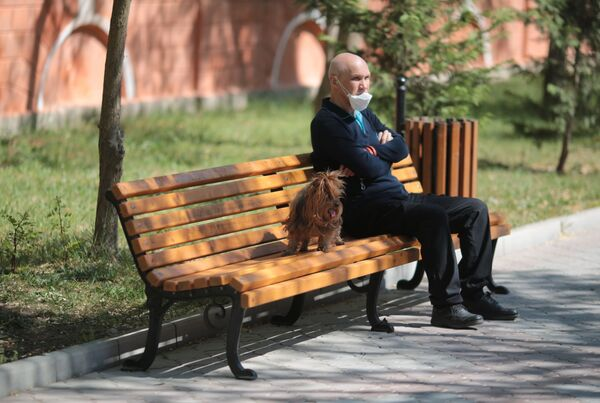 Мужчина на прогулке с собакой в Евпатории