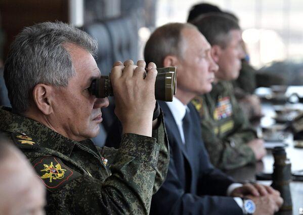 Верховный главнокомандующий ВС РФ Владимир Путин и генерал армии Сергей Шойгу на полигоне Цугол