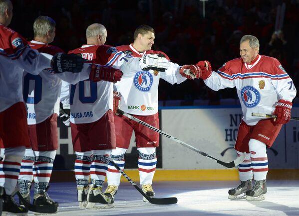 Министр обороны РФ Сергей Шойгу во время приветствия участников гала-матча турнира Ночной хоккейной лиги в Сочи