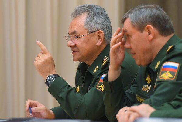 Министр обороны РФ Сергей Шойгу и начальник Генерального штаба Вооруженных сил РФ Валерий Герасимов перед началом совещания