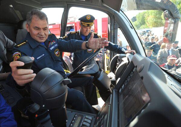 Министр обороны РФ Сергей Шойгу во время осмотра пожарного автомобиля аэродромного тушения Magirus Superdragon x8