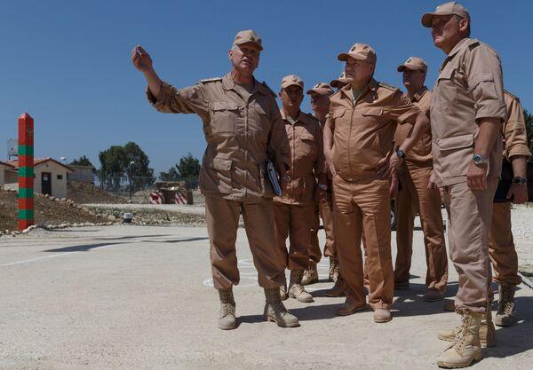 Министр обороны России Сергей Шойгу инспектирует организацию несения российскими военнослужащими боевой службы на авиабазе Хмеймим в Сирии