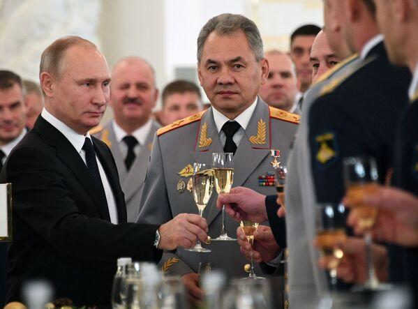 Президент РФ Владимир Путин и министр обороны РФ Сергей Шойгу на встрече с военнослужащими, участвовавшими в операции в Сирии