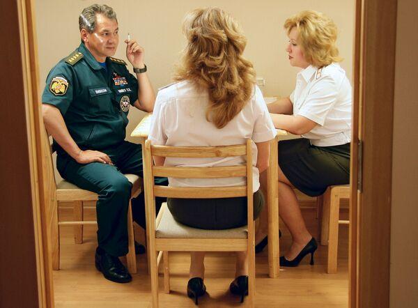 Глава МЧС Сергей Шойгу во время беседы с сотрудницами ГУ МЧС РФ по ЮФО