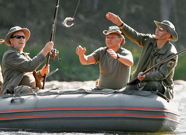 Князь Монако Альберт II, глава МЧС Сергей Шойгу и президент России Владимир Путин во время рыбной ловли в верховьях реки Енисей