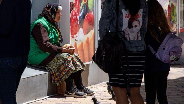 Женщина просит милостыню. Архивное фото