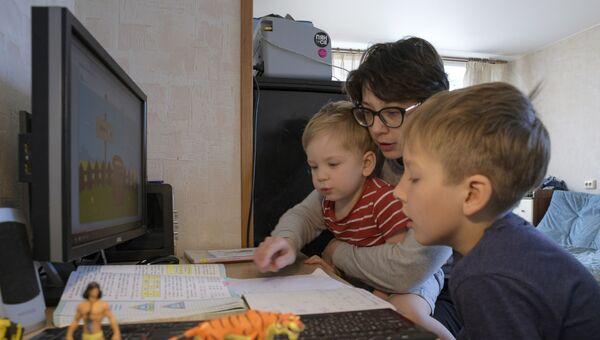 Мама с детьми делает домашнее задание