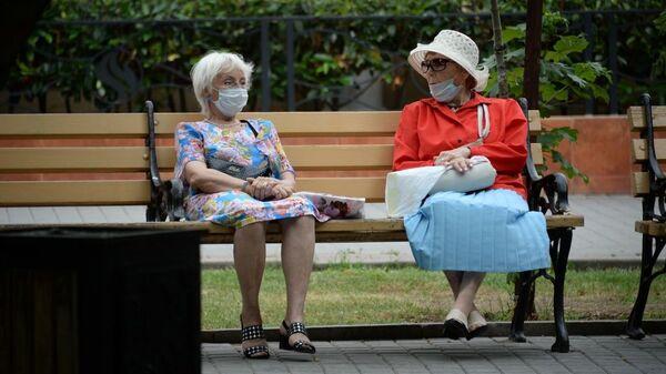 Пенсионеры в масках