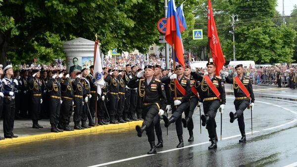 Парад в Севастополе начался с торжественного выноса флага России и знамени Победы.