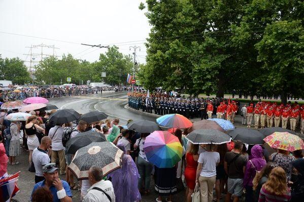 Тысячи севастопольцев пришли посмотреть на парад, несмотря на коронавирус и дождь.