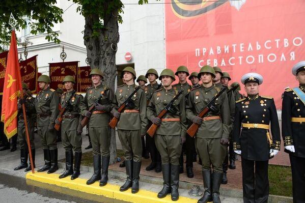 В колонне на параде прошли военнослужащие в форме воинов-победителей