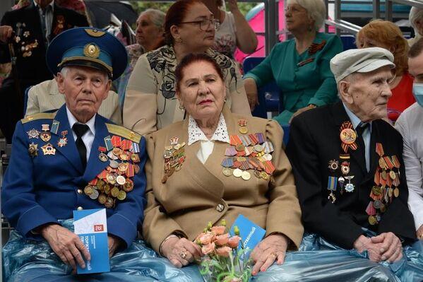 Ветераны Севастополя на почетных местах на трибунах.