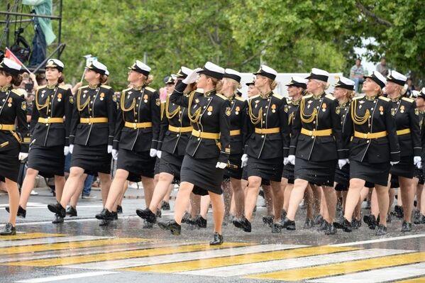 Впервые за пять лет в параде участвуют женщины.