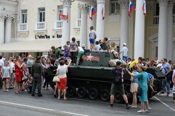 Дети смогли полазать по историческим танкам после окончания парада