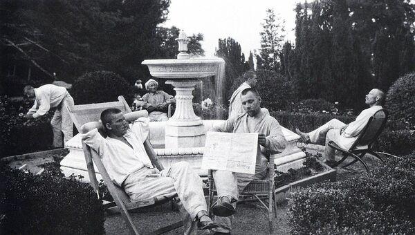 Отдых у фонтана. Фото: Аркадий Шайхет, 1925 г.