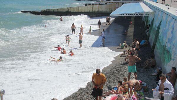 Море съело городские пляжи Алушты