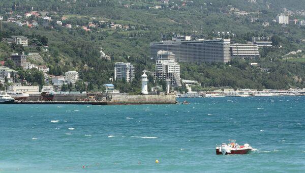 Гостиница Ялта, Ялтинский порт и маяк с моря