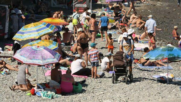На городском пляже Алушты столпотворение отдыхающих