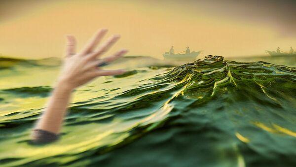 Человек тонет в море