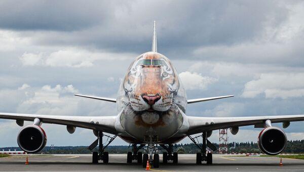 Самолет Boeing 747-400 с ливреей в тигриной раскраске. Архивное фото