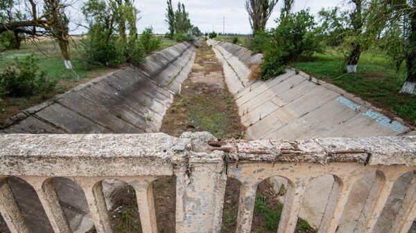 В канале вместо воды - трава, мусор и трещины в бетоне...