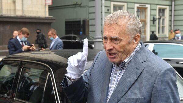 Руководитель фракции ЛДПР в Государственной Думе РФ Владимир Жириновский возле ГАЗ 31105 Волга, на которой он приехал в Госдуму
