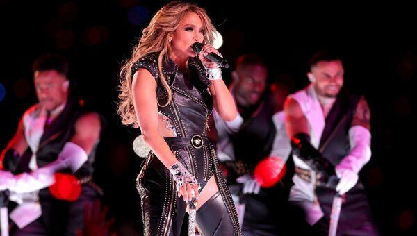 Дженнифер Лопес выступает на стадионе Hard Rock 2 февраля 2020 года в Майами, Флорида
