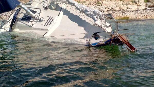 Затонувшая яхта. Архивное фото