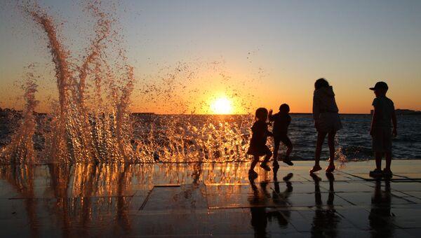 Отдыхающие на набережной Севастополя